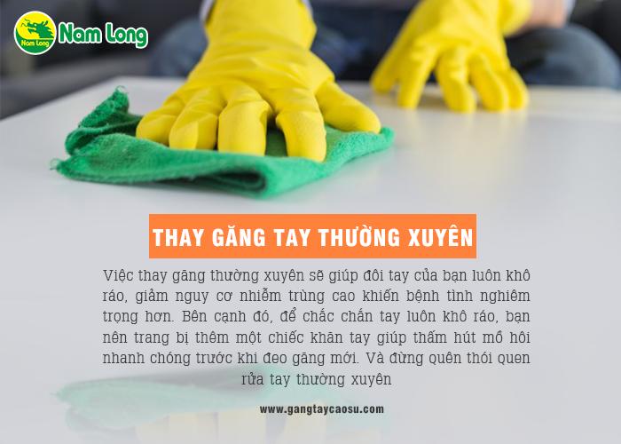 thay găng tay cao su thường xuyên để tránh tình trạng ra mồ hôi tay